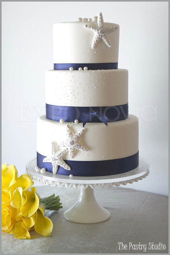navy and white wedding cake 161 arma una boda en playa espectacular exponovia 17743