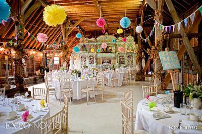 Combina los tonos de tu boda, vestido, flores y complementos, con las  cortinas o mantelería, sillas o cualquier detalle, que todo vaya ad hoc con  la